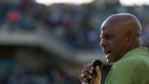 Joseph Mathunjwa, le président du syndicat Amcu, s'exprime devant les mineurs dans un stade près de Rustenburg, le 23 juin 2014.