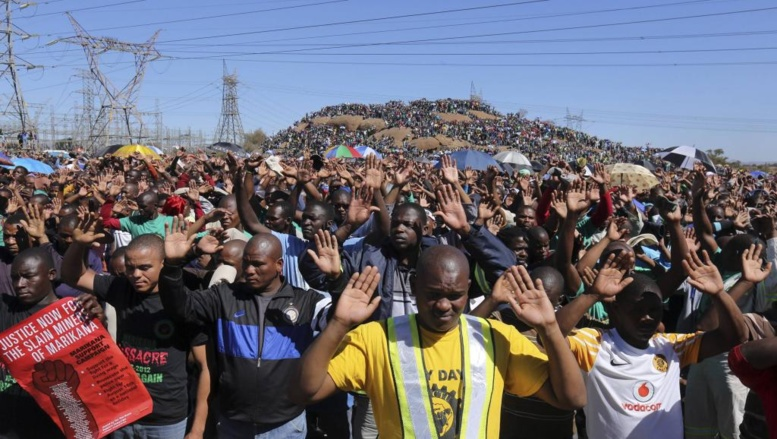 Rassemblement devant le site de Marikana un an après la mort de 34 mineurs sud-africains, le 16 aout 2013. Reuters/Siphiwe Sibeko