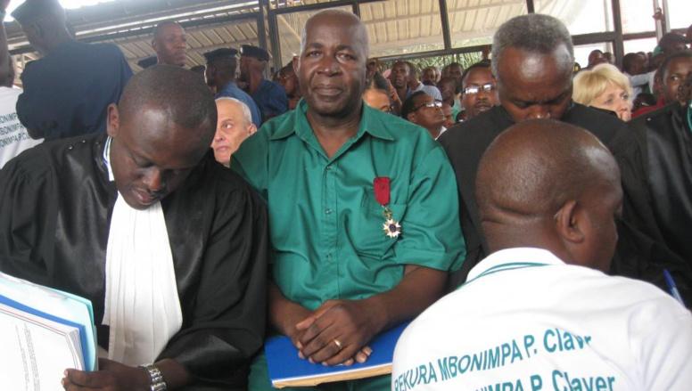 Pierre-Claver Mbonimpa, dans la salle d'audience ce vendredi 4 juillet 2014, en attendant le début de son procès. Il arbore fièrement une décoration reçue des mains du roi des Belges.
