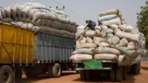 Des transporteurs de marchandises à Farafenni en Gambie, à la frontière avec le Sénégal. Wikimédia/Ikiwaner