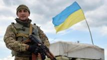 Un homme des forces armées ukrainiennes garde un check-point près de Sloviansk, le 4 juillet 2014. AFP PHOTO/ GENYA SAVILOV