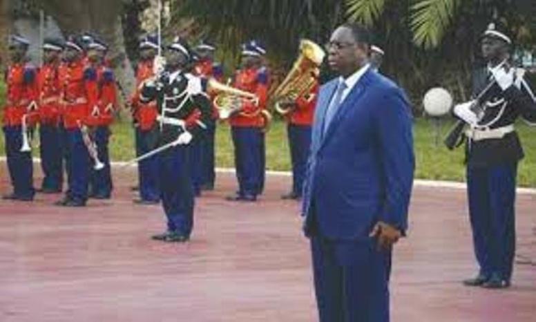 Levée des couleurs de ce Lundi: En l'absence de gouvernement, Macky s'entoure de son cabinet et des enfants de troupe