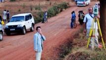 A gauche: le juge Marc Trévidic en pleine enquête, en septembre 2010 au Rwanda. AFP PHOTO/STEVE TERRILL