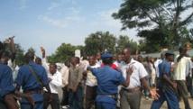 Les militants de l'Uprona face aux policiers dans la rue, devant le siège de leur parti à Bujumbura. le 1er février 2014.