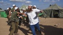 Des Israéliens dansent avec leurs soldats près de la frontière avec la bande de Gaza. REUTERS/Nir Elias