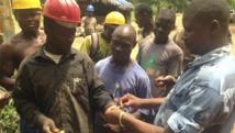 A Kenema, en Sierra Leone, des personnels de santé gouvernementaux pratiquent des tests sanguins auprès de la population, le 25 juin 2014. REUTERS/Umaru Fofana