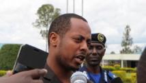 Kizito Mihigo s'adresse aux médias à Kigali, le 15 avril 2014, après l'annonce de son arrestation la veille. AFP PHOTO/STEPHANIE AGLIETT
