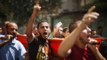 Des Palestiniens crient des slogans durant les funérailles de trois adolescents, tués durant l'offensive terrestre israélienne, à Gaza, le 18 juillet 2014. REUTERS/Mohammed Salem