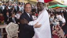 Accolade entre François Hollande et Idriss Deby lors de l'intronisation du président malien Ibrahim Boubacar Keïta le 19 septembre 2013 à Bamako AFP PHOTO / POOL / MICHEL EULER