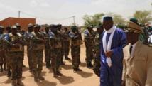 Le Premier ministre Moussa Mara passe en revue les troupes de l'armée malienne à Kidal, le 17 mai 2014. AFP PHOTO / FABIEN OFFNER
