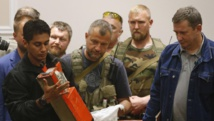 Les séparatistes pro-russes remettent les boîtes noires du vol MH17 aux experts malaisiens, le 22 juillet 2014 à Donetsk, dans l'est de l'Ukraine. REUTERS/Maxim Zmeyev