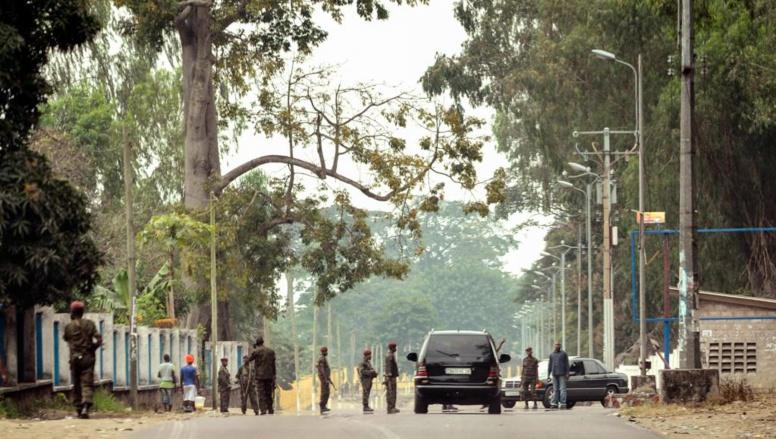 Des soldats de la Garde républicaine à l'entrée du camp militaire Tshatshi, après l'attaque. Kinshasa, le 22 juillet 2014. AFP PHOTO / JUNIOR D. KANNAH