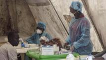 Des médecins pratiquent des prélèvements de sang à Kenema, en Sierra Leone, le 30 juin 2014. REUTERS/Tommy Trenchard