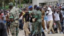 Des soldats face aux habitants du quartier de Gobélé qui manifestent contre la destruction de leurs habitations. Cocody, le 22 juillet 2014. AFP PHOTO/ SIA KAMBOU