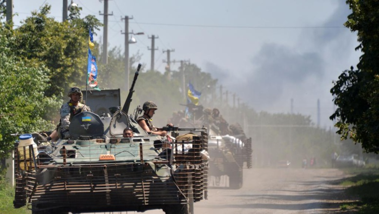 Des militaires ukrainiens entrant dans le village de Verhnyokamyanske, dans la région de Donetsk, le 25 juillet 2014. AFP PHOTO/ GENYA SAVILOV