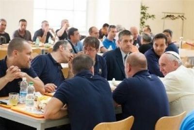Le pape François déjeune par surprise à la cantine des employés du Vatican