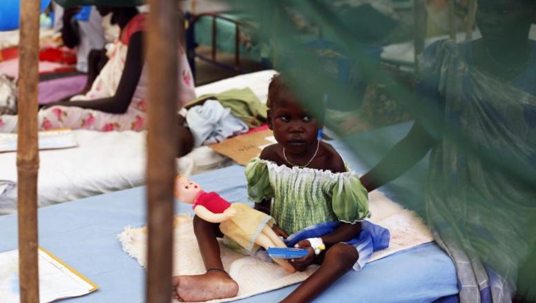 Une jeune enfant, à Malakal, dans un centre de traitement de la malnutrition de MSF, jeudi 24 juillet. REUTERS/Andreea Campeanu