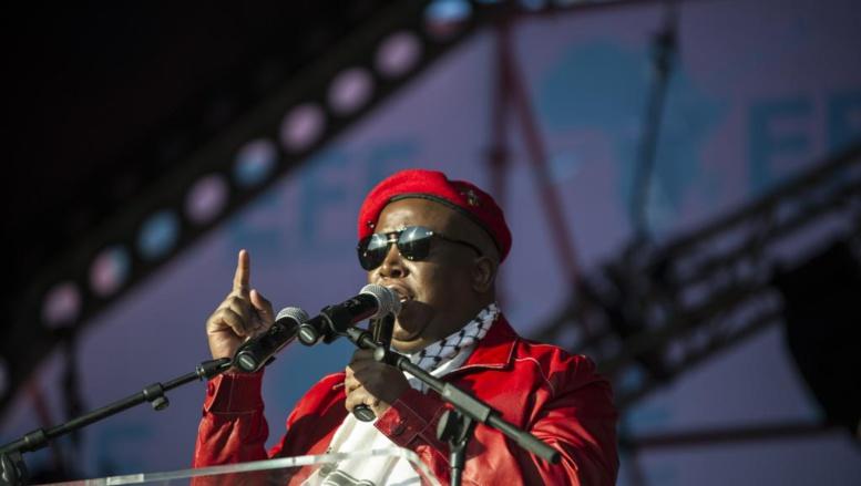 Julius Malema, leader de l'EFF, s'adresse à quelque 3 000 militants lors d'un meeting à Soweto pour célébrer le premier anniversaire du parti, le 26 juillet 2014. AFP PHOTO / MUJAHID SAFODIEN