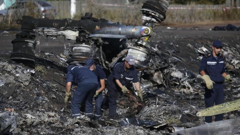 Des hommes travaillent sur le site du crash du MH 17 dans la région de Donetsk, le 20 juillet 2014. REUTERS/Maxim Zmeyev
