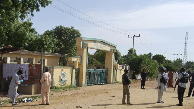 Des officiers de sécurité à l'entrée du campus de l'école polytechnique de Kano, dans le nord du Nigeria, après l'attentat-suicide perpétré par une femme, le 30 juillet 2014. REUTERS/Stringer