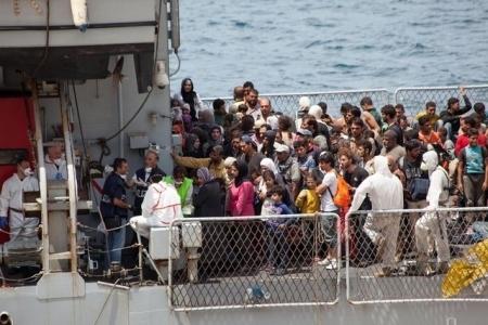 La marine italienne aide 3000 personnes en deux jours et récupère deux cadavres