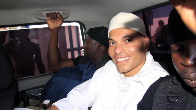Le 31 juillet 2014, Karim arrive au tribunal sous bonne escorte, Dakar. AFP PHOTO / STRINGER