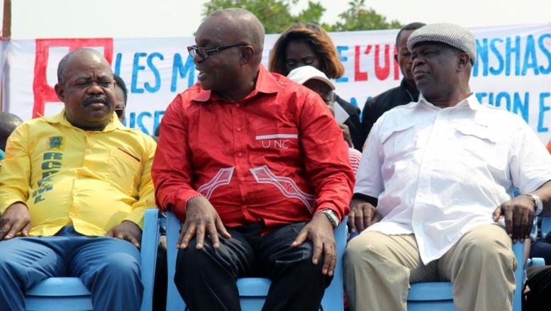 Jean-Bertrand Ewanga (assis au milieu) avec à ses côtés Koloso Sumayili (G) et Bruno Mavungu (D), membres de l'opposition congolaise, lors d'un meetting contre la révision de la Constitution, à Kinshasa, le 4 août 2014.