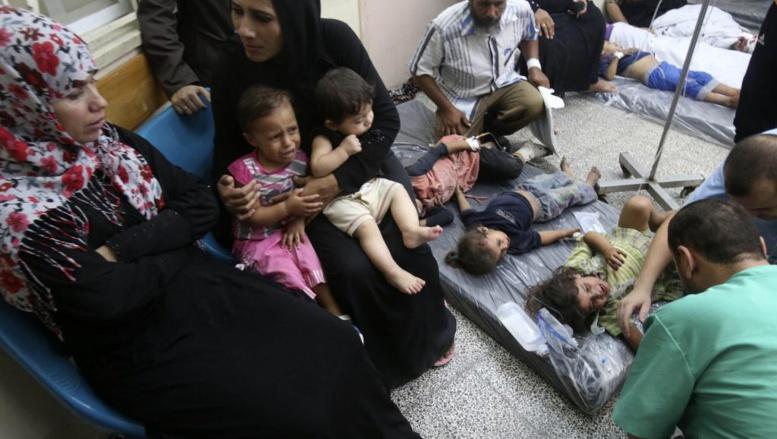 Des enfants sont soignés dans un hôpital de Rafah, au sud de la bande de Gaza, le 1er août 2014. REUTERS/Ibraheem Abu Mustafa