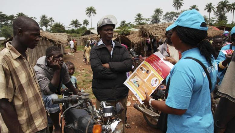 Les symptômes de l'Ebola expliqués au grand public, au Liberia, par un fonctionnaire de l'UNICEF Photo: Reuters/Ahmed Jallanzo/UNICEF/Handout
