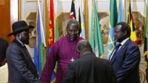 Le président Salva Kiir (g.) et le chef des rebelles Riek Machar (d.) avaient accompli une prière avant la signature d'un accord de cessez-le-feu, à Addis-Abeba, le 9 mai 2014. Ce cessez-le-feu n'a pas été respecté.