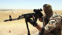 Un membre des forces de sécurité kurdes en patrouille sur les hauteurs de Mossoul, contre les combattants de l'EIIL, le 22 juin 2014. REUTERS/Azad Lashkari