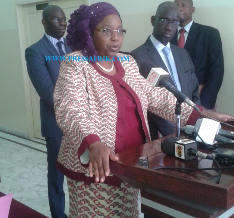 Mme le ministre de la Santé et de la prévention médicale, Awa Marie Colle à sa sortie de réunion à la primature sur le virus Ebola