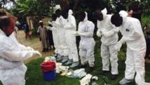 Des volontaires se préparent à déplacer des corps suspectés d'être contaminés par le virus Ebola dans le village de Pendebu, le 18 juillet, en Sierra Leone. REUTERS/WHO/Tarik Jasarevic/Handout via Reuters