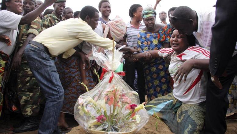 L'enterrement d'un homme tué dans le massacre de Gatumba. Le 19 septembre 2011. Reuters/Jean Pierre Aime Harerimana