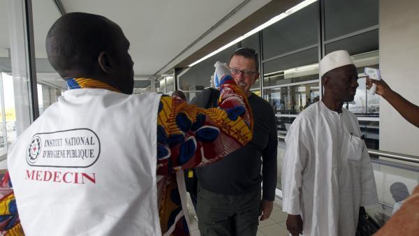 Ebola: près de 1100 morts, les mesures de protection augmentent