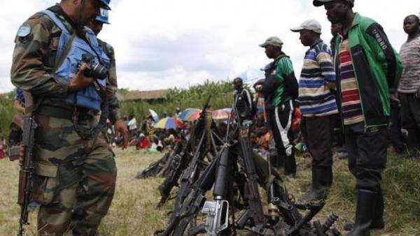 Des soldats des Nations unies, lors du désarmement de 105 combattants du FDLR, le 30 mai 2014 à Katebu, dans l'est de RDC.