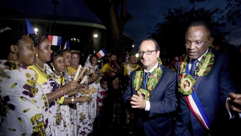 A Mayotte, le 22 août 2014, la visite de François Hollande, ici en compagnie du maire de Dzaoudzi Said Omar-Oili, avait comme un air de campagne électorale. AFP PHOTO / ALAIN JOCARD