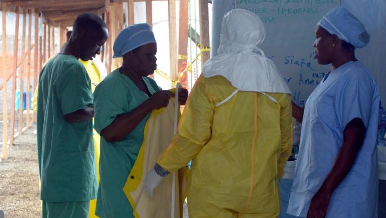 Par mesure de précaution, le gouvernement a distribué du matériel au personnel soignant pour éviter leur contamination. AFP PHOTO / ZOOM DOSSO