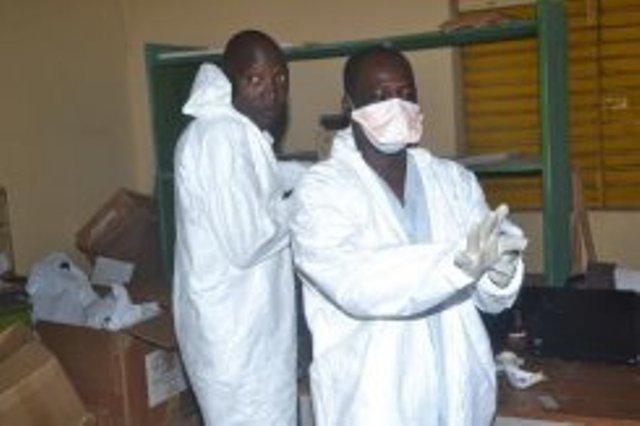 A l'hôpital de Pita en Guinée, des infirmiers quittent leurs équipements de protection après leur travail, le 25 aout 2014A l'hôpital de Pita en Guinée, des infirmiers quittent leurs équipements de protection après leur travail, le 25 aout 2014