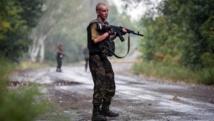 Un soldat ukrainien patrouille dans la ville de Dzerzhynsk (région de Donetsk), le 28 août 2014, après avoir été visé par des tirs de séparatistes pro-russes. AFP PHOTO / OLEKSANDR RATUSHNIAK