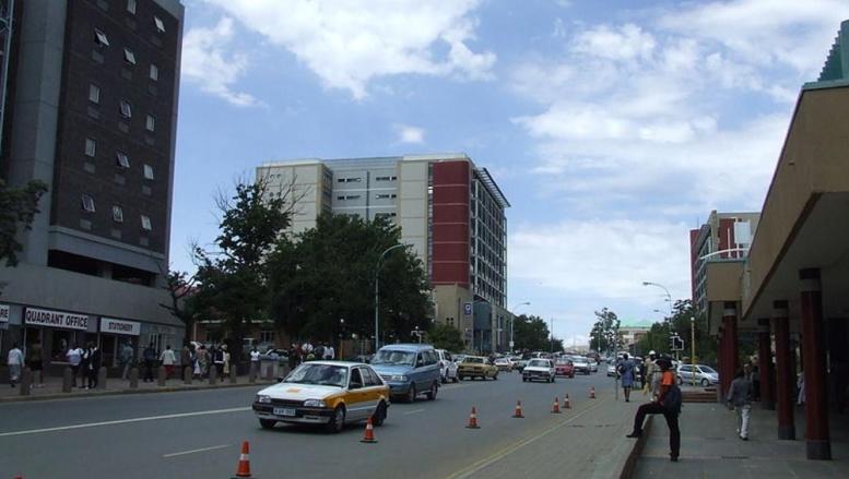 Une des rues principales de Maseru, la capitale du Lesotho. Photo: Michael Denne, source: Wikipedia