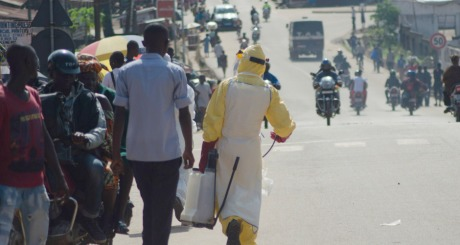 Panique Ebola : un vieux souffre le martyr en pleine rue sans assistance