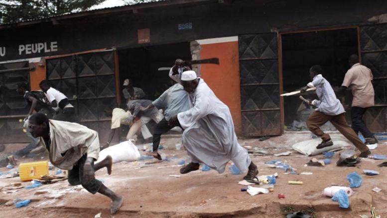 Pillage d'un magasin musulman par des chrétiens dans le quartier « Combattants » à Bangui. © Pierre Terdjman Exposition produite par Paris Match