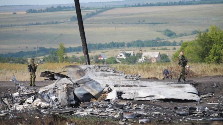 """Ukraine : le vol MH17 a été abattu par """"un grand nombre"""" de projectiles"""
