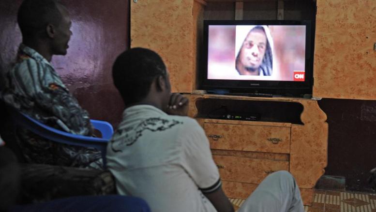 La mort du chef shebab Godane, commentée ici sur CNN, a fait la Une des programmes tv et radio en Somalie. AFP/Mohamed Abdiwahab