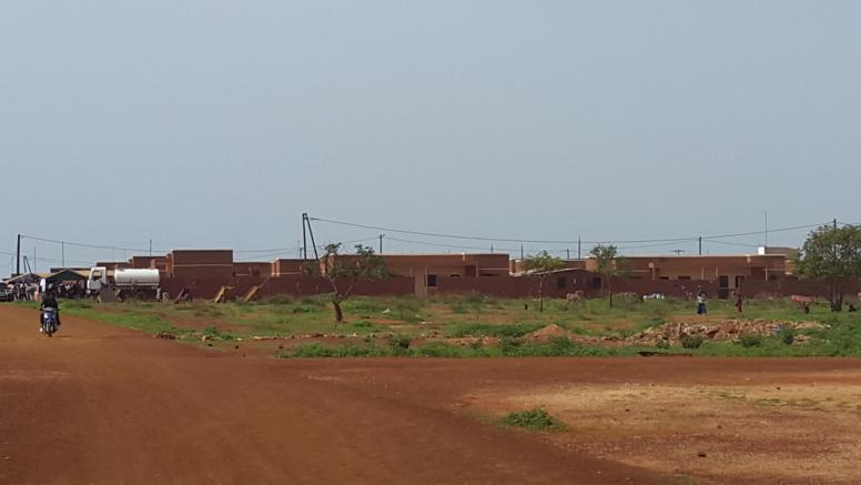 vue de loin d'un village de relogement
