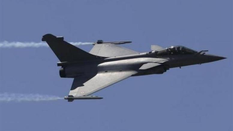 Jean-Yves Le Drian est arrivé ce matin sur la base d'al-Dhafra aux Emirats arabes unis où sont basés des Rafales français susceptibles d'intervenir dans une opération aérienne de la coalition sur l'Irak. Reuters/Pascal Rossignol