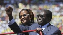 Le président du Zimbabwe, Robert Mugabe, le 22 août 2013, lors de la cérémonie d'investiture à Harare, aux côtés de son épouse Grace.