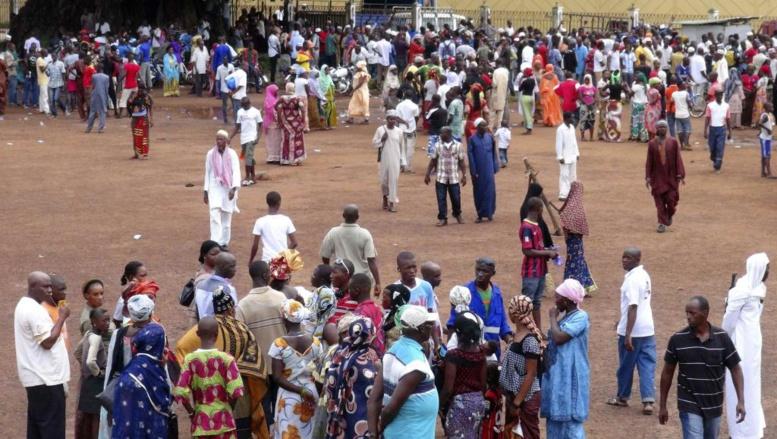 Des proches de victimes d'Ebola se rassemblent devant l'hôpital Donka de Conakry, le 30 juillet 2014. REUTERS/Saliou Samb