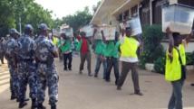 Des membres de la Céni transportant des urnes à Lomé lors des élections d'octobre 2007. AFP PHOTO / EMILE KOUTON